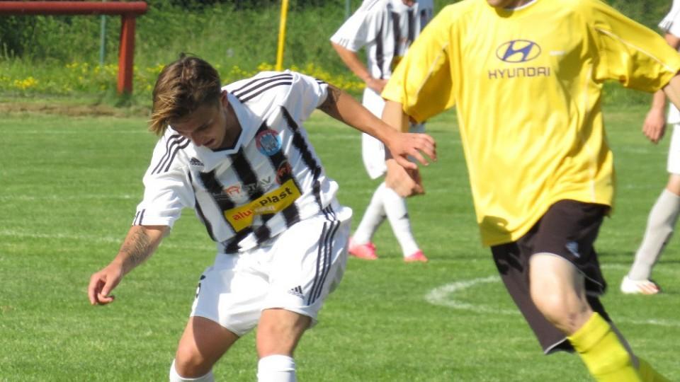 Patrik Micák si kryje míč před dotírajícím Pavlem Slukou. Foto: Libor Granec