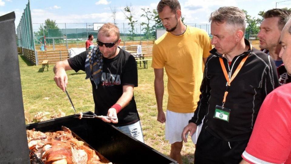 Trenér Čížové Zdeněk Staroba se chystá okoštovat dobře propečené maso.