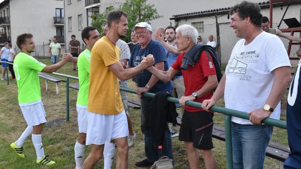 Děkovačka čížovských hráčů věrným divákům, kteří je provázeli celou mimořádnou sezonou.