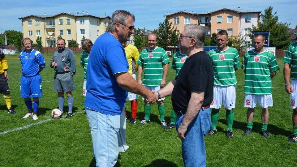 Předseda FC Chýnov Miroslav Mládek předává Pavlu Rathouskému dar za vzájemnou spolupráci.