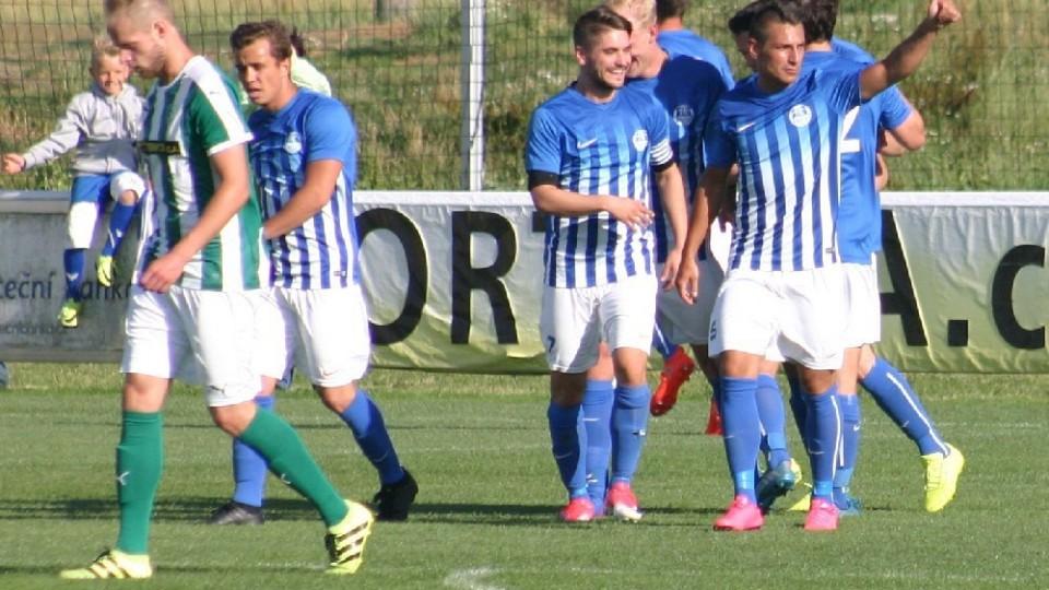 Ostrov oslavuje druhý gól. Jindřich Pachta (vpravo) ukazuje, že přihrávka neměla chybu.