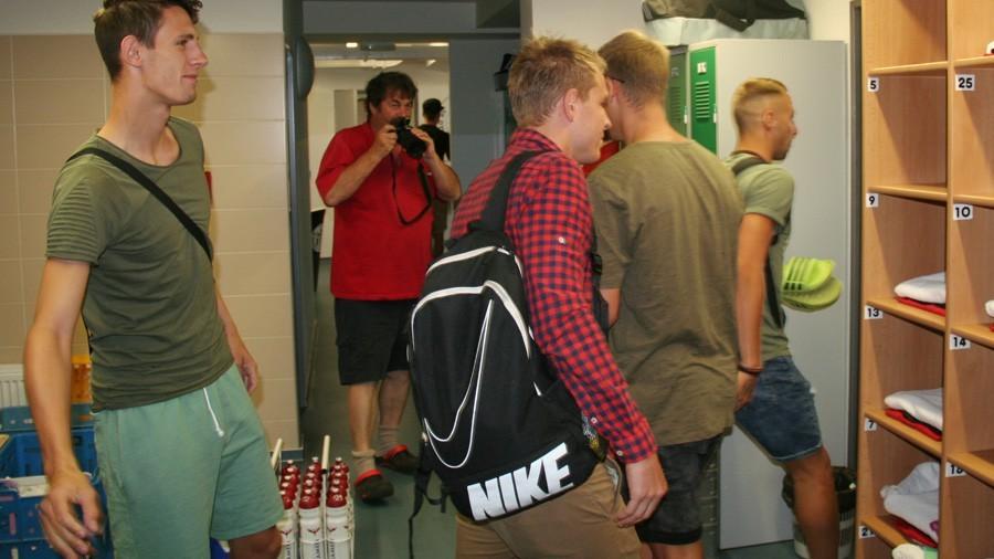 Slovák Matej Loduha musel před prvním tréninkem nafasovat oblečení. Vlevo je Lukáš Havel.