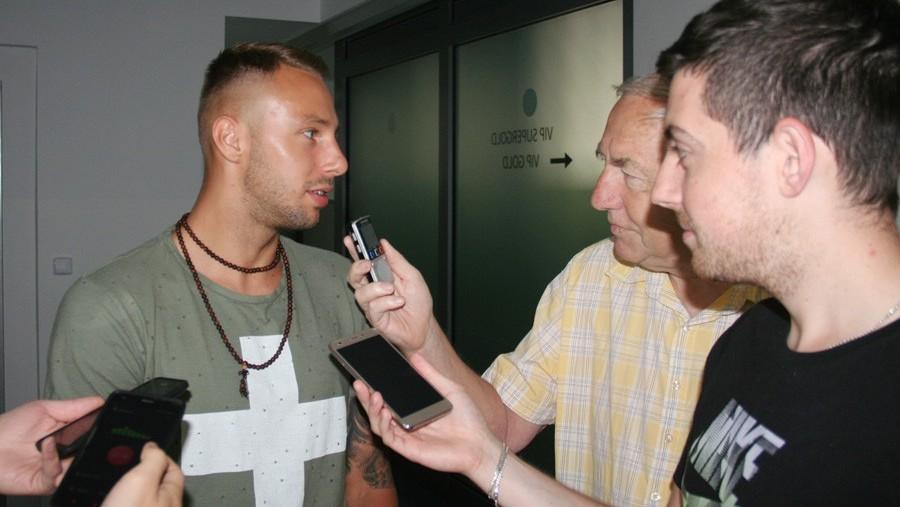 Novic Lukáš Pouček odpovídá na dotazy zvídavých novinářů.
