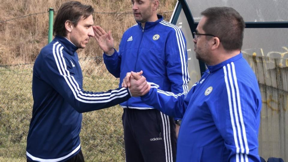 Ondřej Prášil si po výhře nad silným Vltavínem plácá s vedoucím mužstva Pavlem Mádlem.