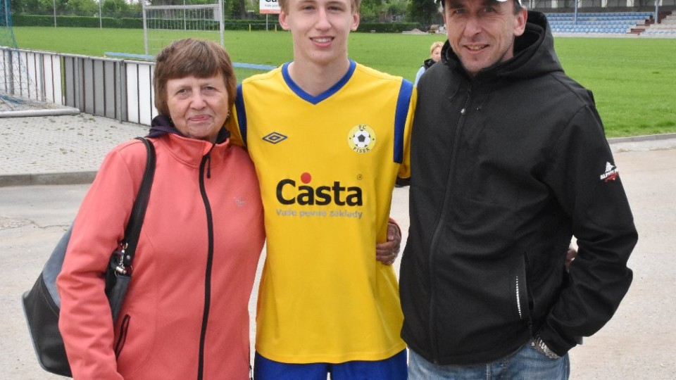 Filip Blažek s rodiči.