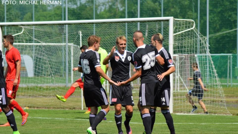 Dynamovci se radují z gólu Romana Wermkeho.