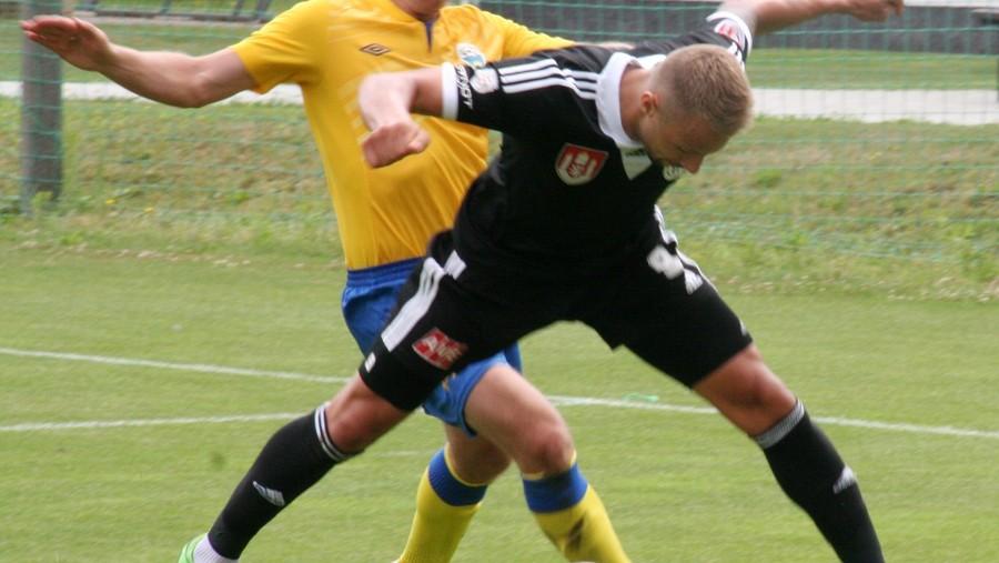 Josef Laštovka (v letech 2010-11 hráč ligového Dynama ČB) střeží Lukáše Poučka.