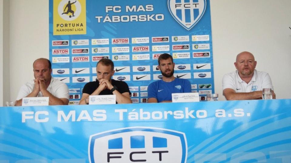 Táborský klub na tiskovce zastupovali trenér Roman Nádvorník (zleva), výkonný ředitel ing. Tomáš Samec, kapitán Jakub Navrátil a Luboš Dvořák, PR klubu.