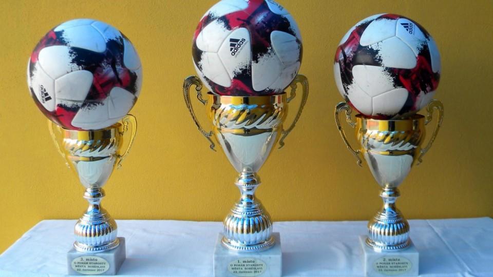 Poháry pro první tři nejlepší týmy.