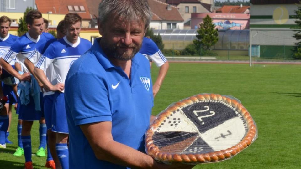 Trenér Táborska Karel Musil dostal velký koláč, jak je v Soběslavi tradicí.
