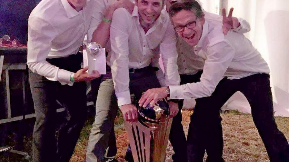 Obránce budějovické Lokotky (vlevo) pózuje se spoluhráči s pohárem pro mistry světa lékařů a trofejí pro nejlepšího obránce turnaje.
