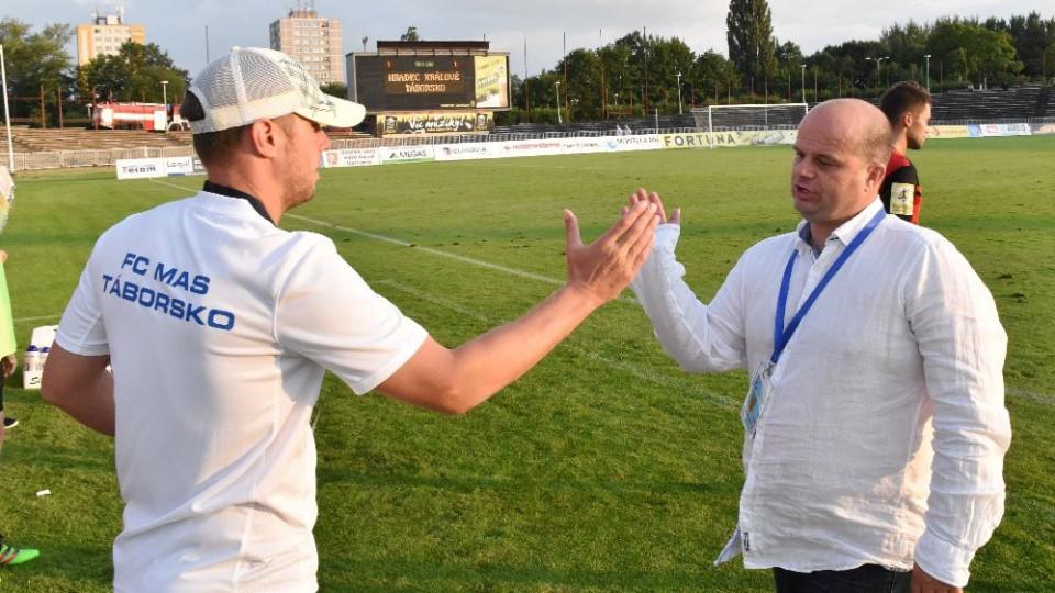 Asistent Zdeněk Koukal si plácá s trenérem Romanem Nádvorníkem.