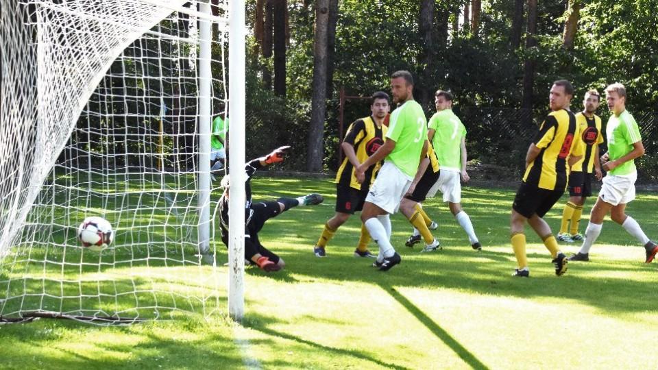 Lukáš Dvořák dává po rohu první gól sobotní přípravy.