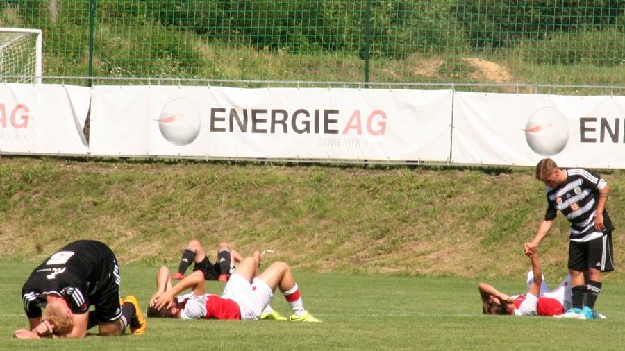 Zápas v úmorném vedru dohrávají hráči obou stran totálně vyčerpaní.