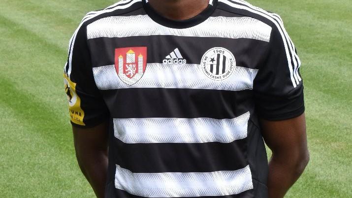 V černobílém dresu při oficiálním focení mužstva.