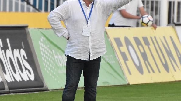 Trenér Nádvorník diriguje mužstvo proti Hradci Králové.