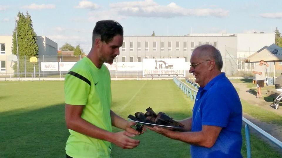 Předseda FK Vodňany Karel Handšuh st. předává Patriku Sobolíkovi cenu pro nejlepšího brankáře.