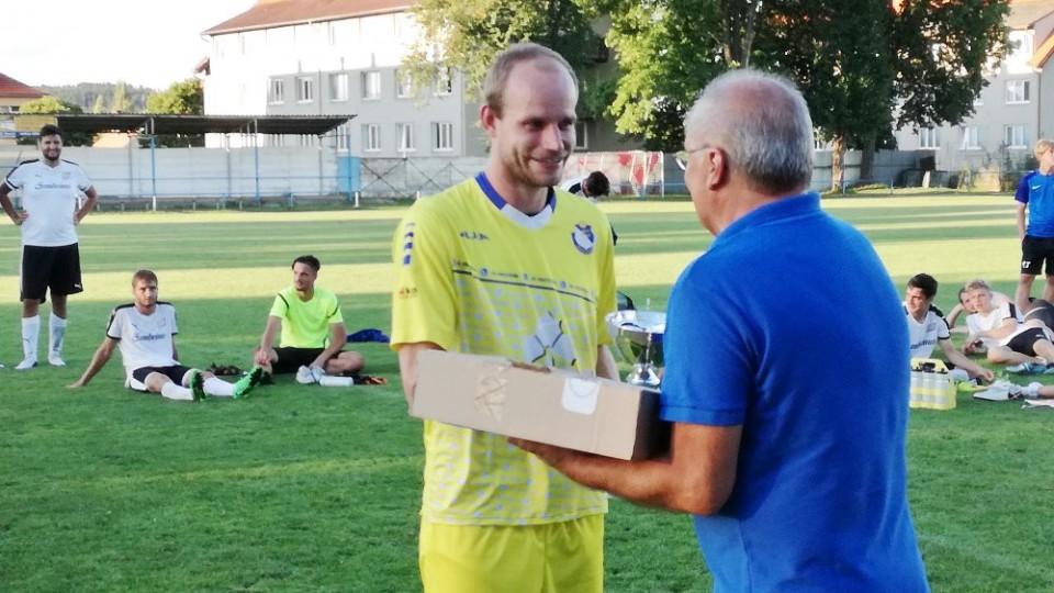 Kapitán Protivína Jaromír Vorel přebírá vítězný pohár.