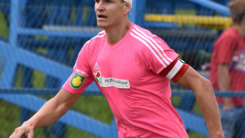 Petr Janda s kapitánskou páskou dohrával zápas s ovázanou hlavou.