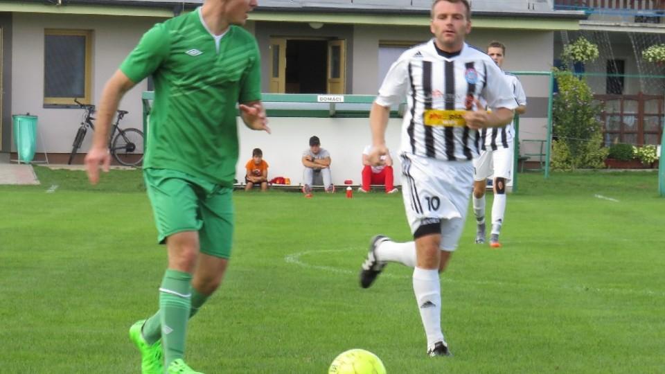 Pavel Řehoř na míči před Petrem Janurem. Foto: Libor Granec