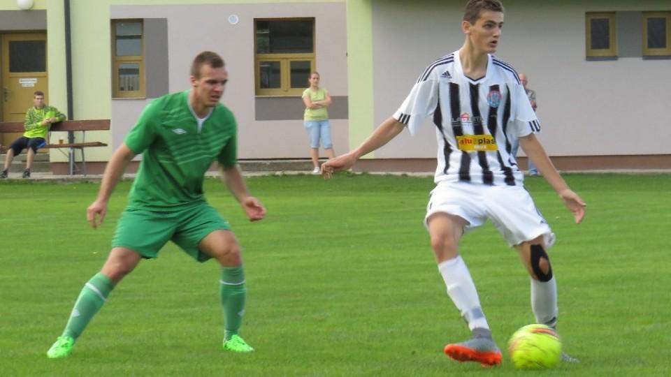 Marek Urazil na míči, Pavel Řehoř jej pouze stínuje. Foto: Libor Granec