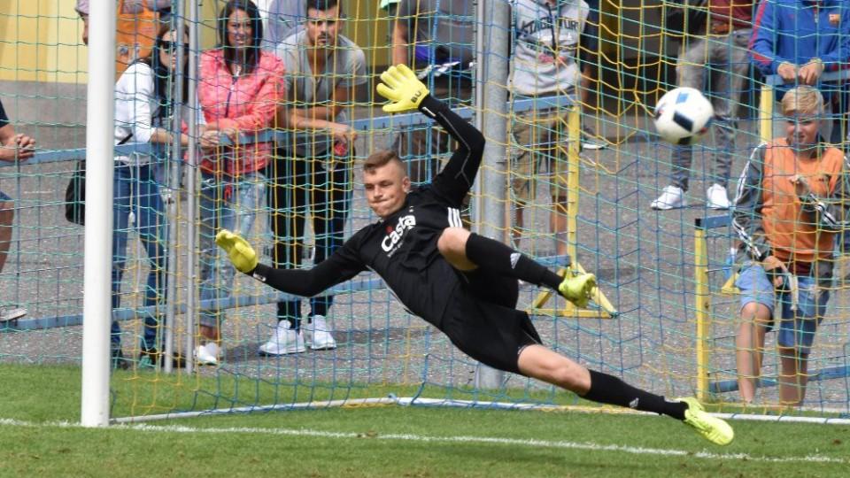 Kamil Hajdušek se na Vrňákovu penaltu vrhl opačným směrem.