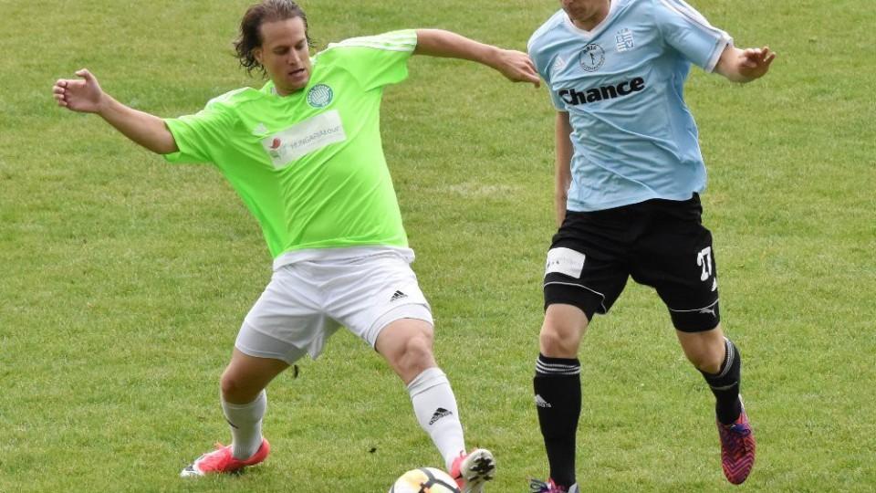 Michal Kočí zasáhl před hostujícím Dominikem Hradeckým.