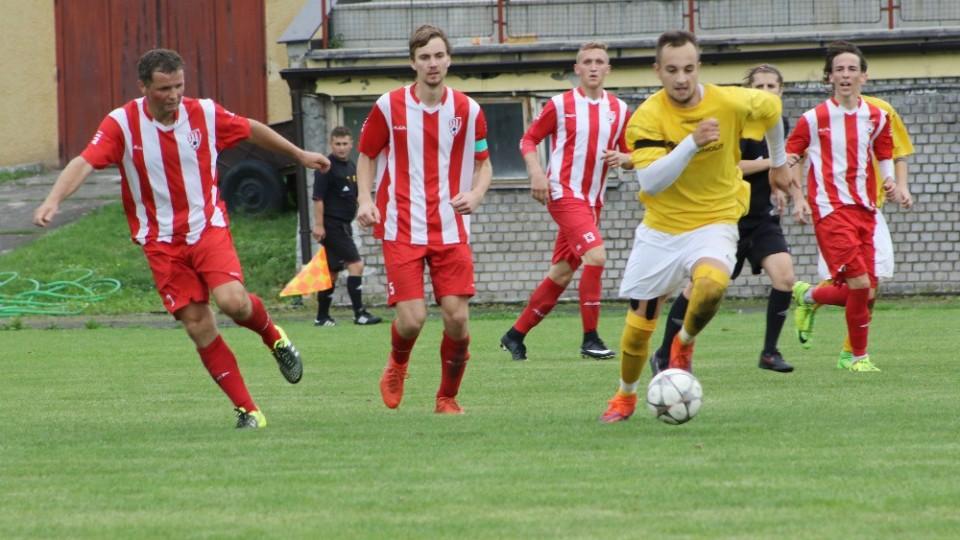Netolický Miroslav Baloušek (vlevo) zahrává míč před Michalem Mahákem ze Lhenic. Foto: Jan Klein
