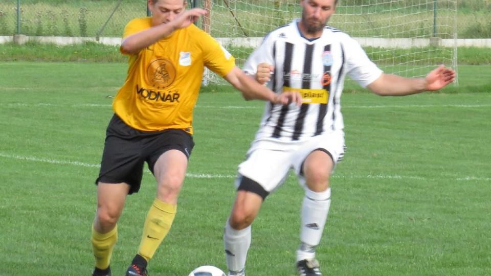 Josef Princl vyváží míč v těsném souboji s Pavlem Jirkou. Foto: Libor Granec