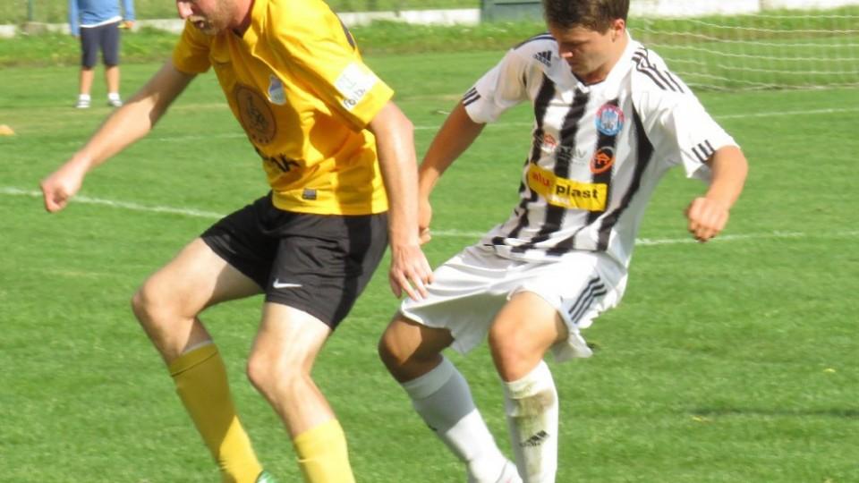 Karel Havelka na míči před bránícím Janem Štrbačkou. Foto: Libor Granec