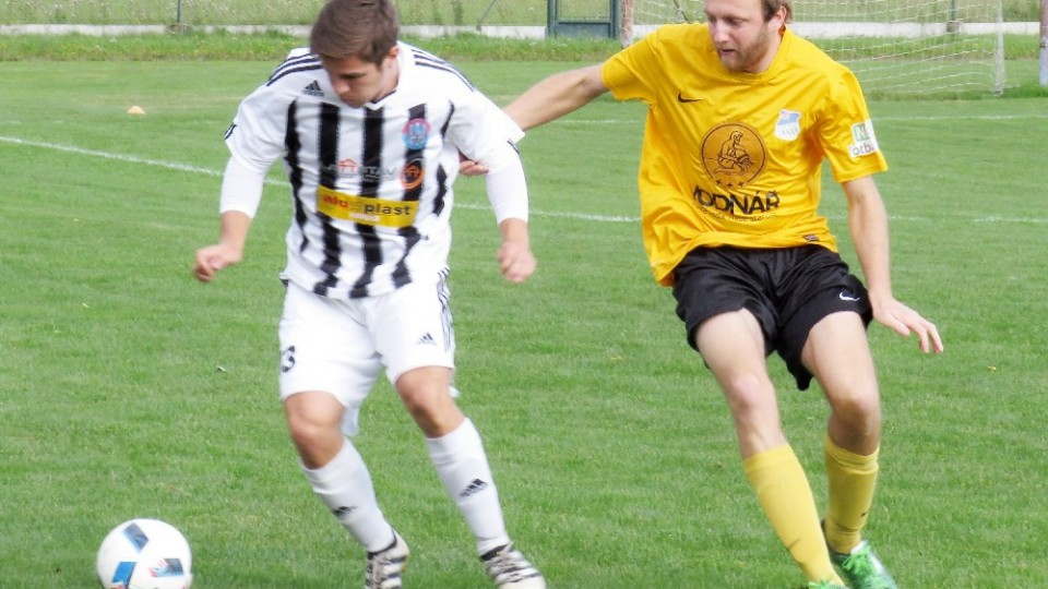 František Marek si kryje míč před Karlem Havelkou. Foto: Libor Granec