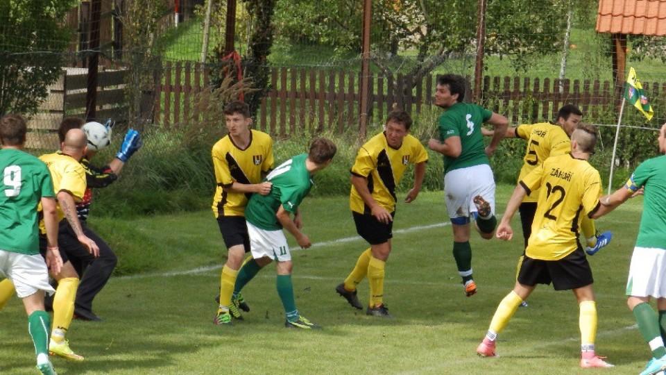 Domácí Zdeněk Starý (v zeleném č. 5) střílí hlavou čtvrtý gól svého týmu. Foto: František Bořánek