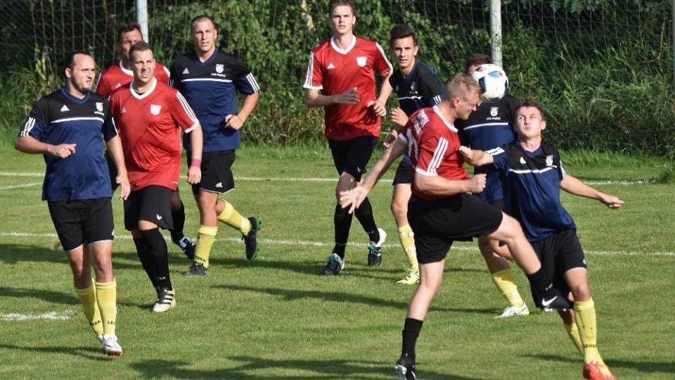 Zápas dvou rozdílných poločasů se odehrál mezi S. Ústím (v červeném) a Dražicemi. Foto: Jan Škrle