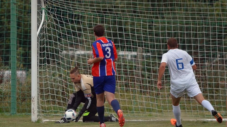 Domácí brankář Tomáš Fučík chytá míč do rukavic.