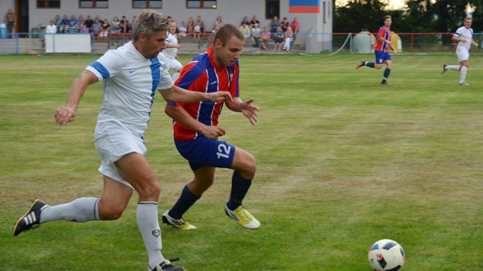 Domácí Adam Rakovan se snaží proniknout přes hostujícího Miroslava Jelena.