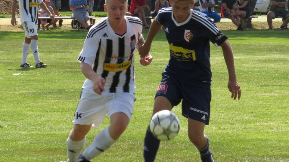 Střelci svých týmů si to rozdali o balón, Tomáš Novák a Dan Pál. Foto: Libor Granec