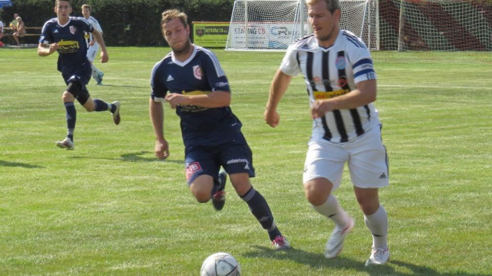 Josef Gondek vyváží míč pod dohledem Víta Neumanna. Foto: Libor Granec