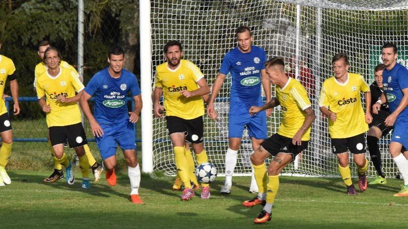 Tomáš Froněk posílá míč do bezpečí od písecké branky.