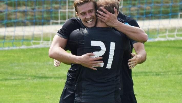 Martin Šíma objímá po svém třetím gólu přihrávajícího Marka Pomejeho.