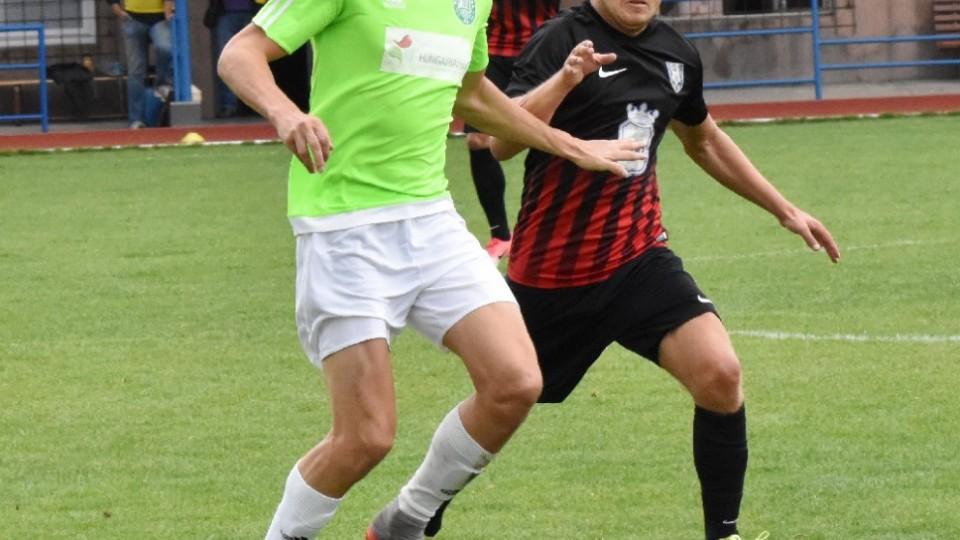 Petr Janda uniká hostujícímu Tomáš Osvaldovi.