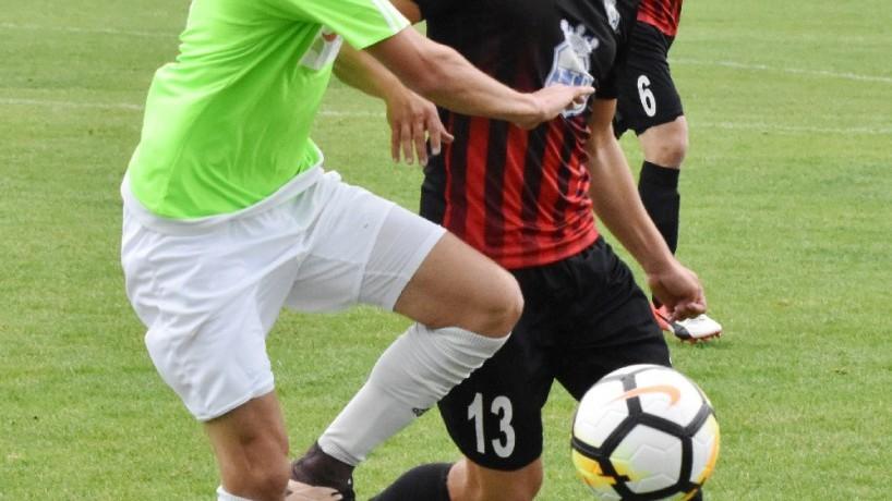 Roman Zahrádka se dere za míčem přes Tomáše Osvalda.