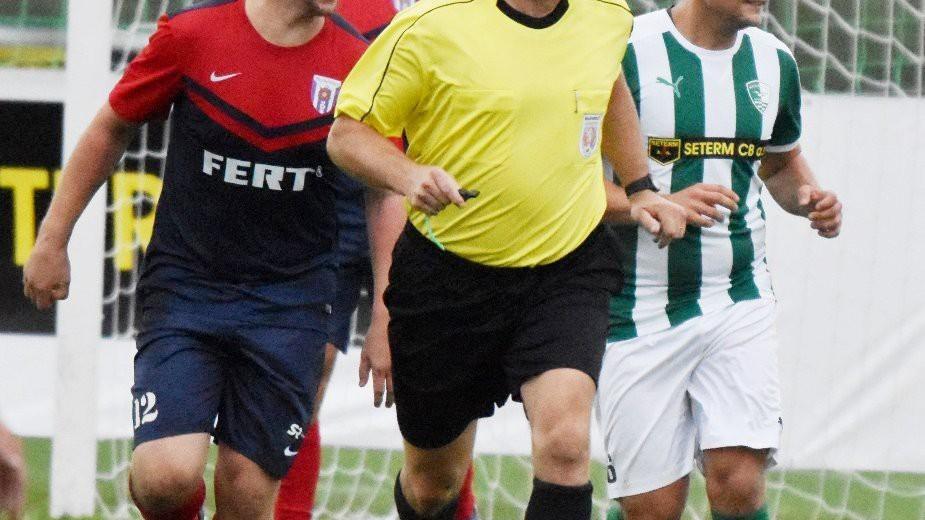 Rozhodčí Miroslav Průcha zvládl derby s přehledem. Vedle něj běží Michal Hromada (vlevo) a Jakub Vogl.