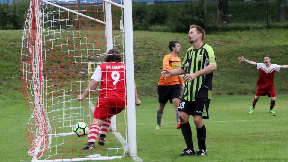 Střídající Pavel Starý (č. 9) právě třetím gólem v nastavení pečetil výhru Lhenic nad Chelčicemi. Foto: Jan Klein