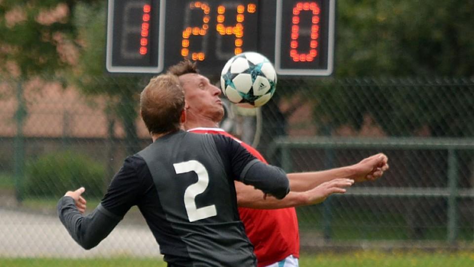 Michal Sokolt zařídil vyrovnání svého týmu. Na snímku si zpracovává míč před Dominikem Hellerem.