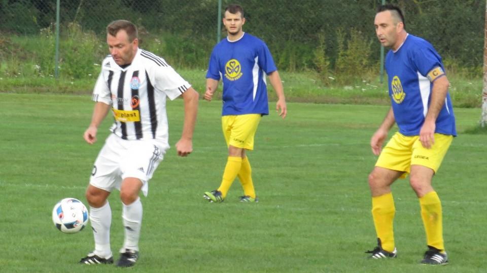 Petr Janura na míči pozorován Pavlem Zaymlem.
