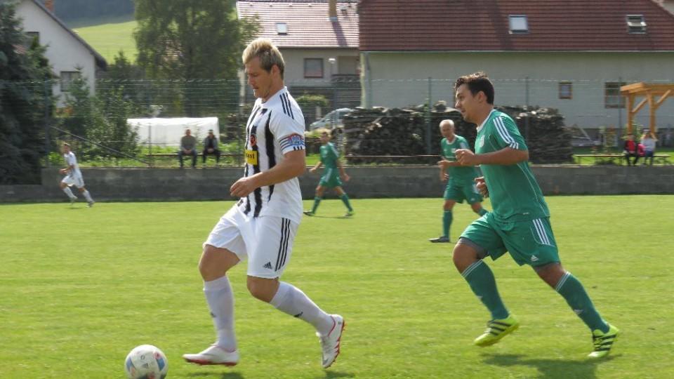 Kapitán Spartaku Josef Gondek prchnul Janu Pouzarovi.