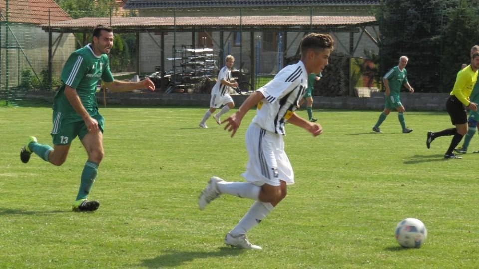 Mladý Jakub Vaniš vyváží míč před Ondřejem Švarcem.