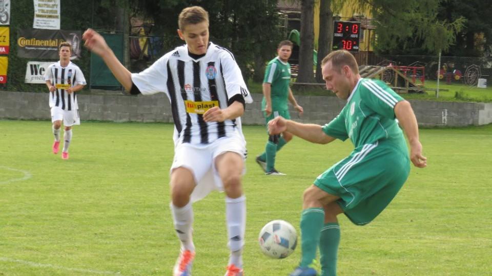 IMG_Slavomír Smieško zasekává míč Marku Urazilovi.