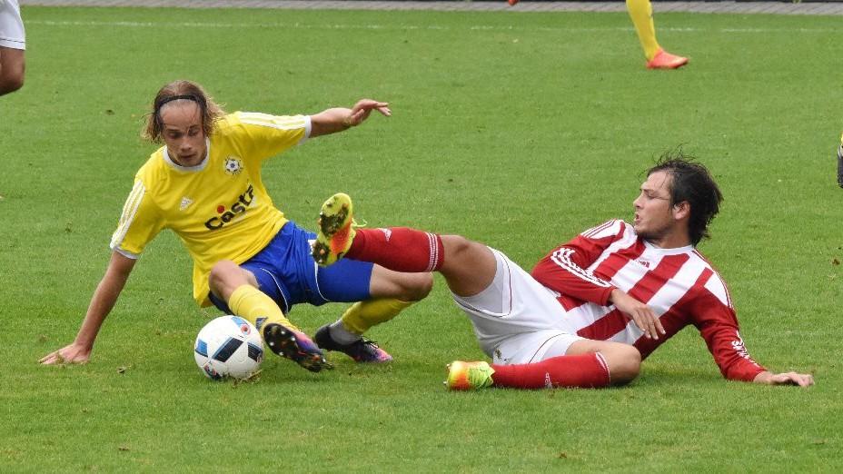 V nefotbalových pozicích svedli souboj o míč domácí Jakub Held, který se usadil v základní sestavě, a Jiří Vondráček.