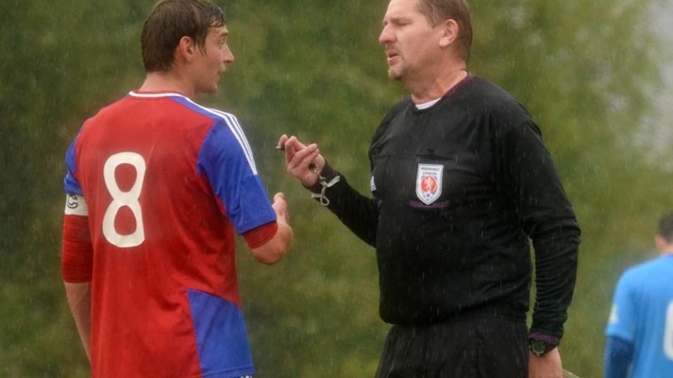 Rozhodčí Radek Devera si cosi vysvětluje s kapitánem Jistebnice Tomášem Maňákem.